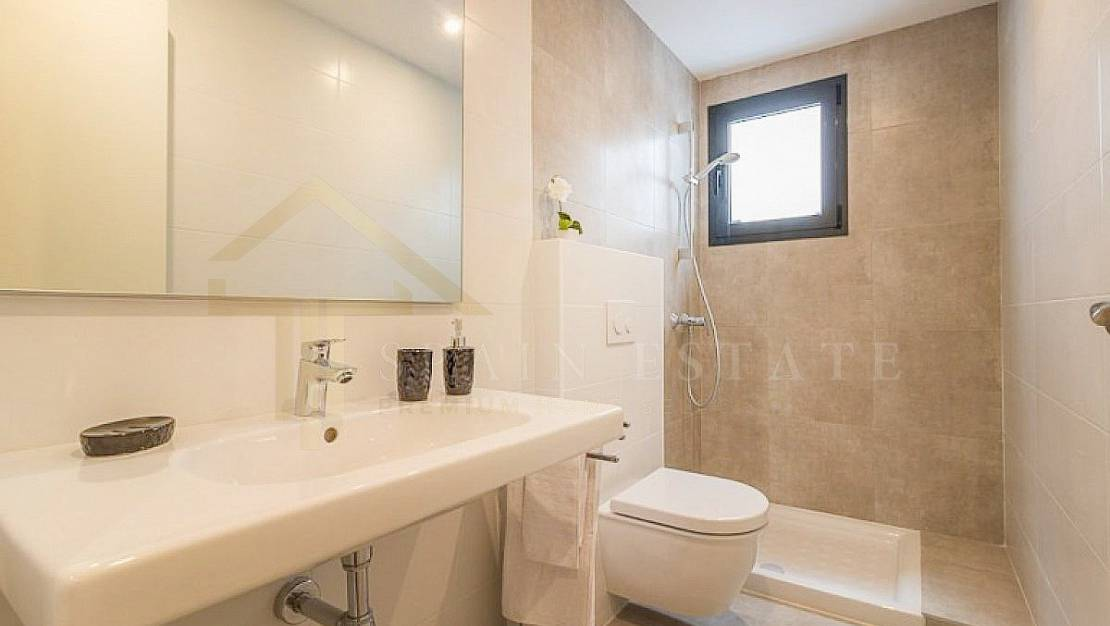 Apartment in Torrevieja, with elevator. - Bathroom.