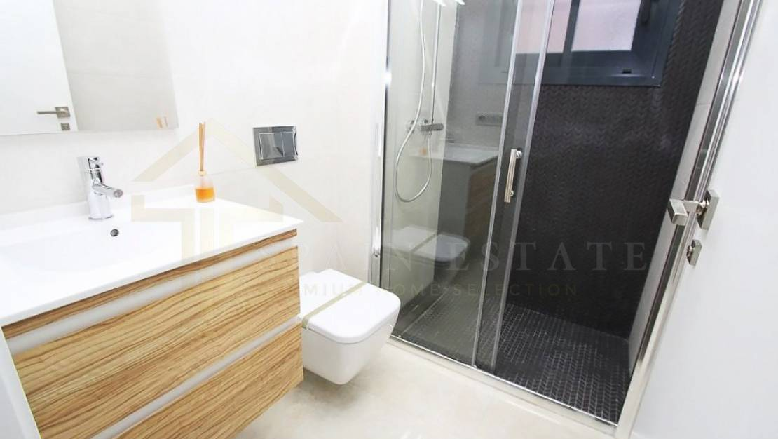 Bathroom | Furnished apartment with pool and solarium for sale in Torrevieja