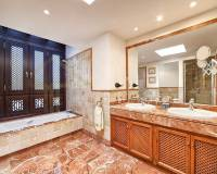 Big villa in Marbella with swimming pool and a jacuzzi - bathroom